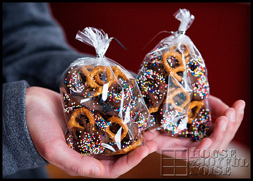 How to make chococlate dipped pretzels