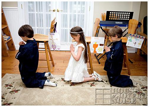 10_catholic-kids-pretend-after-communion-prayer