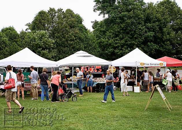 017_farmers-market-stands