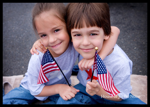 2-cute-kids-american-flags-4th-of-july-parade