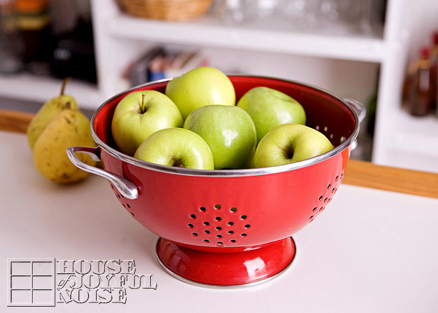 001_green-apples-red-colander