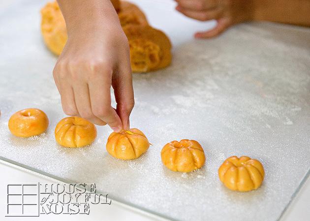 04_how-to-make-pumpkin-shaped-cookies