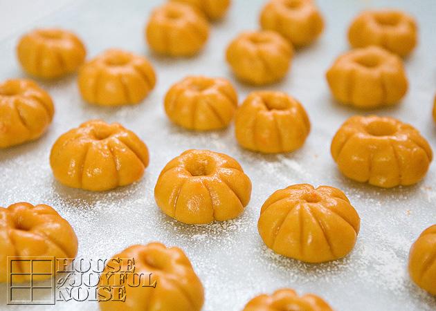 05_pumpkin-shaped-cookies